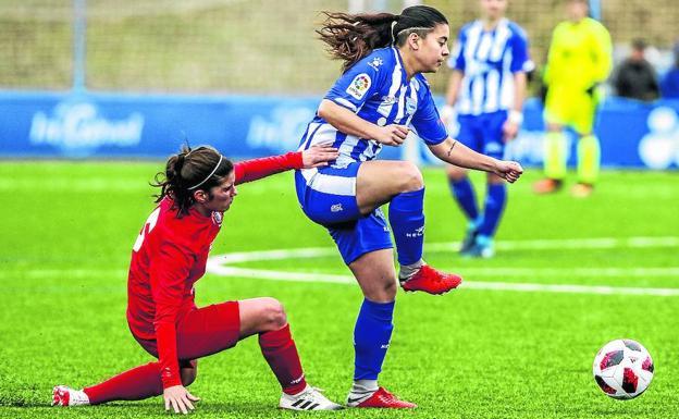 Alexia intenta controlar el balón ante la oposición de una rival - Foto: Jesús Andrade