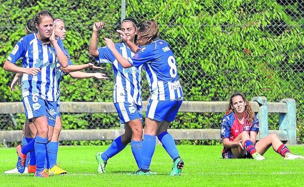 Las Gloriosas celebran uno de los goles logrados ayer en Olaranbe. Foto: Igor Aizpuru