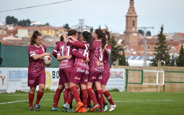 Las jugadoras del EDF Logroño celebran el primer gol del partido. Foto: Sergio Martínez