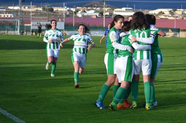 Las jugadoras del Pradejón celebran el primer gol - Foto: Sergio Martínez