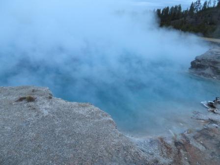 Ein kurzer vernebelter Blick auf eine wunderschöne blaue Quelle (Midway Geyser Level)