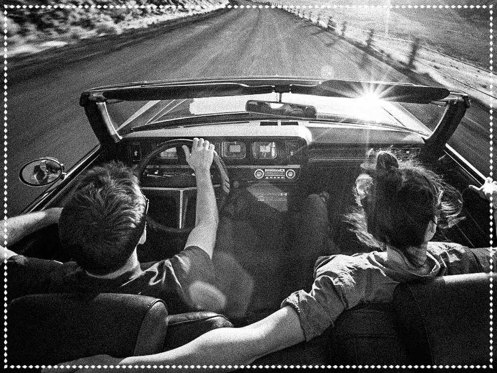 Рука расслаблена, но в тонусе и контролирует руль автомобиля