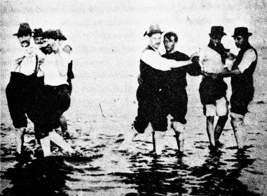 Бастующие рабочие танцуют танго на пляже в 1912 году