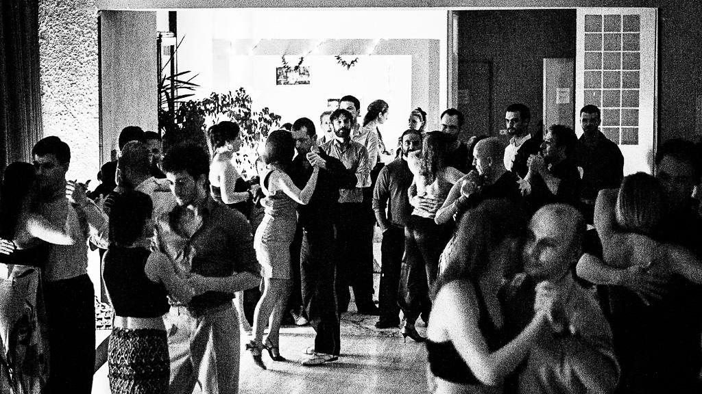 """Неаполь. Марафон O'Gerasiello (2015). Желающие потанцевать, стоящие у """"входа"""""""