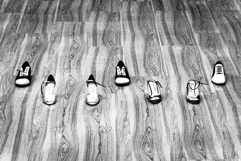 Схема ритмического рисунка танго-вальса. Мужской ботинок — сильная доля, женские туфельки — слабые