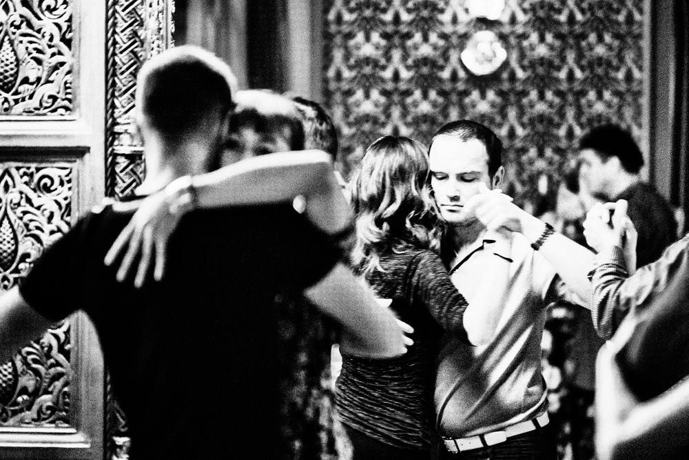 Юрий Вердеревский (школа eTango) танцует на Noches pre-Marathon Milonga Urania (Будапешт 2014)