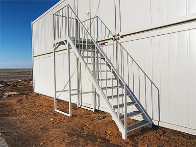 Внешняя металлическая лестница