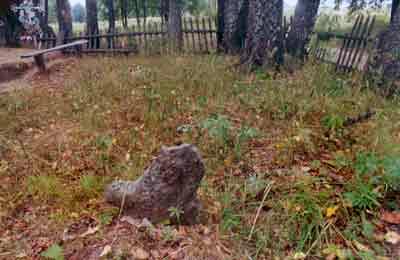 Один из каменных крестов на кладбище.