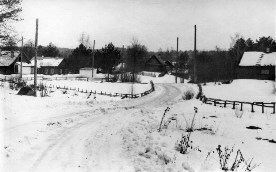 Вид на остановку и сельсовет. Фото 1960-х гг. Леонида Терентьевича Перепеча