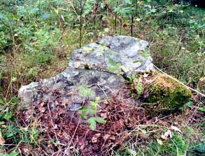 Один из каменных крестов на кладбище