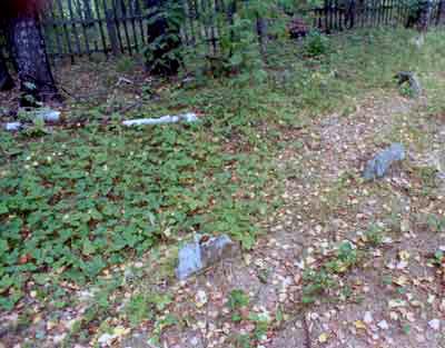 Оголовки крестов на кладбище, которых насчитывается более 15шт.