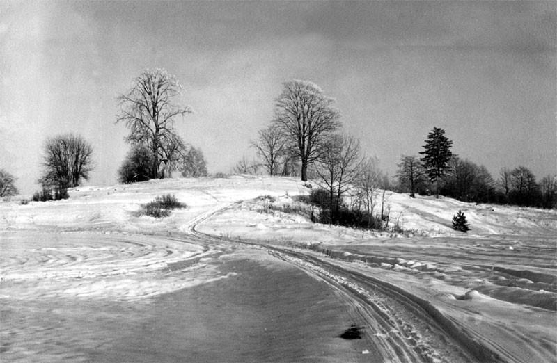 Вид на место церкви с северо-запада, со стороны старого кладбища Фото Л.Т.Перепеча 1960-е г.