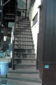 10 緑のビルの端の階段を昇り2階です