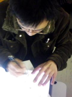 原画を描く内田和宏さん
