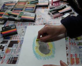 パステル画を描いてみる授業風景の画像