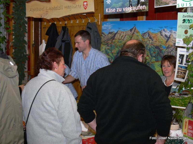 Kundenkontakt am Stand der Alpkäserei Haghütte, Alp Sinsgäu, Wolfenschiessen