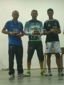Lucas Carmona, primero por la izq. recibiendo el trofeo como tercer clasificado.