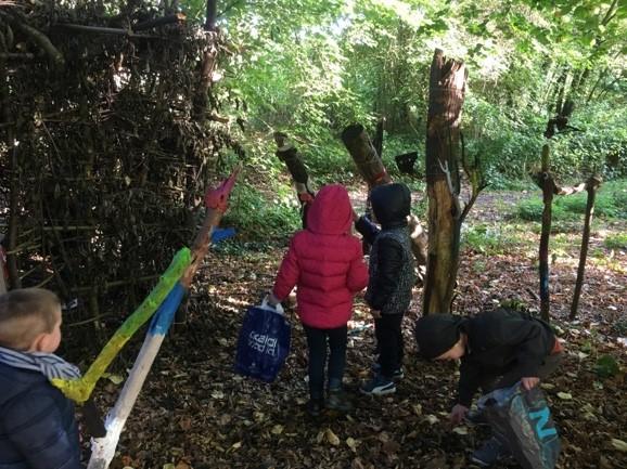 Les enfants de maternelle sont partis à la recherche des trésors d'automne : feuilles, noix, noisettes, glands, châtaignes, ...