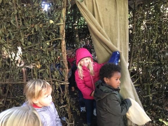 Les enfants jouent à cache-cache. C'est très chouette!