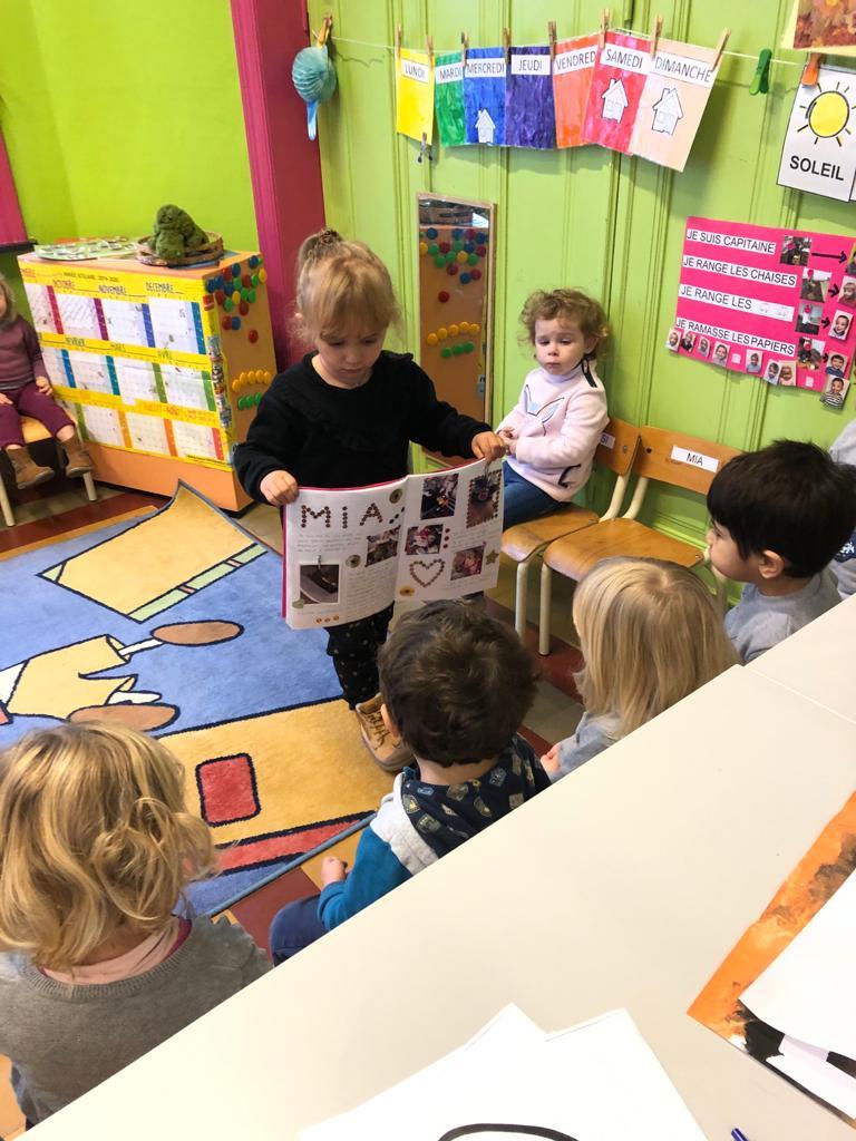 Mia nous présente le cahier de M Croco (la mascotte de la classe) qui retourne chaque week-end chez un copain.