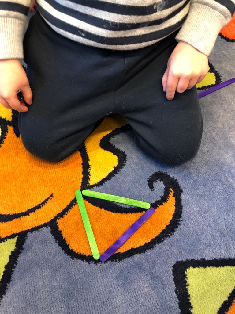 Nous jouons avec les formes géométriques.