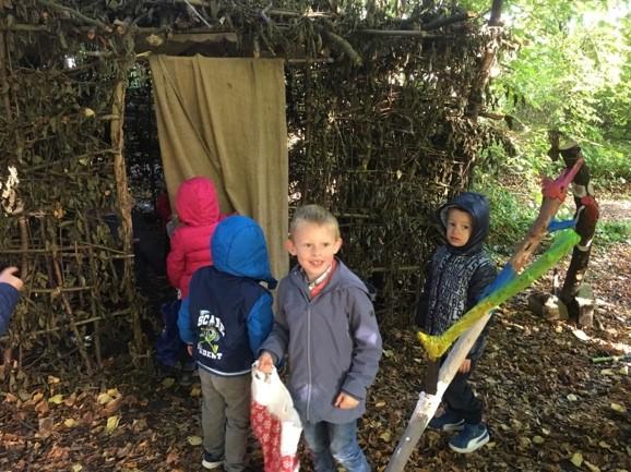 Ils ont découvert une cabane dans les bois.