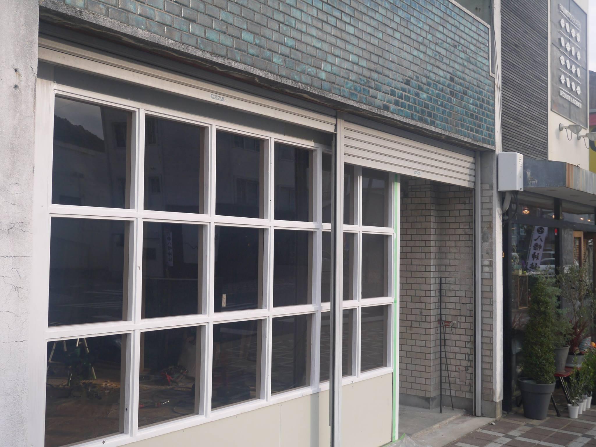 某店舗 色付きガラス取り付け工事2 熱線吸収性能だけでなく、レトロ感を演出しています。