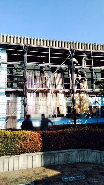 某施設の外壁(ポリカーボネート)の改修工事です。老朽化が進むと台風時に穴が空きやすいです。