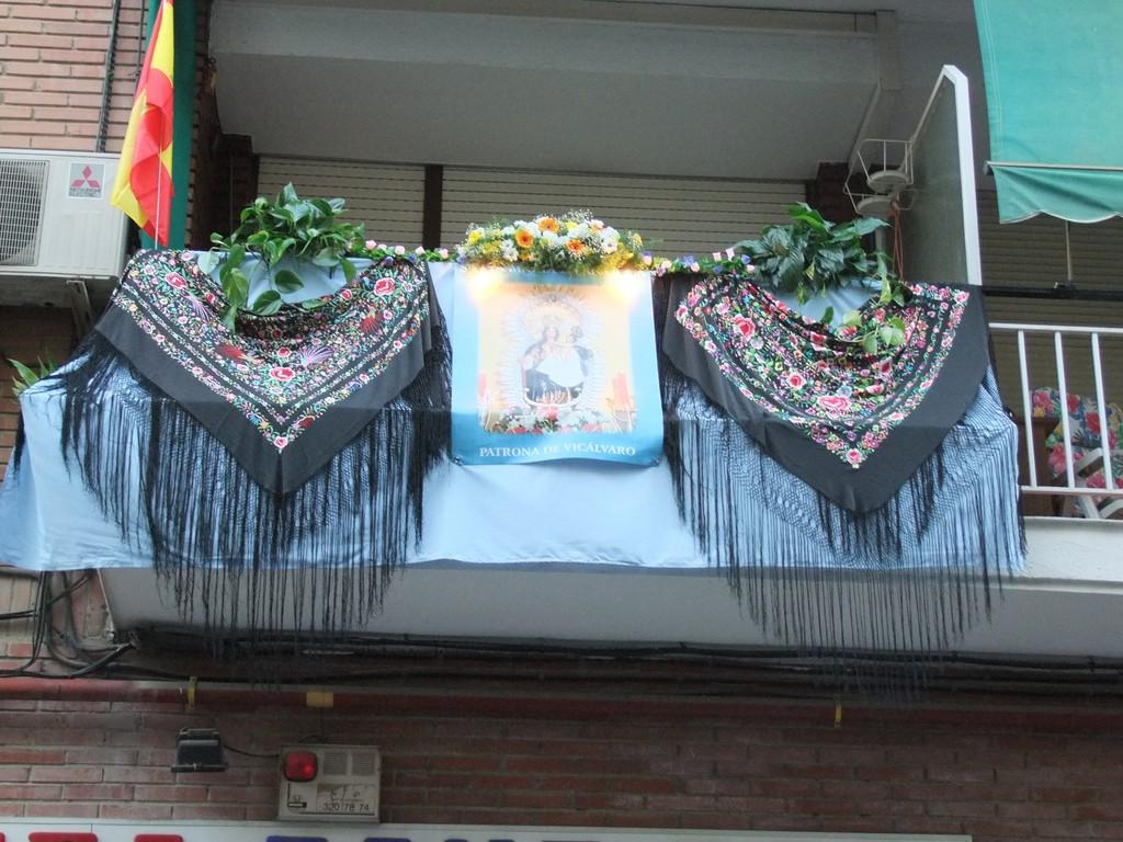 Balcón engalanado. Fotografía cedida por Valentín González. Asociación Vicus Albus