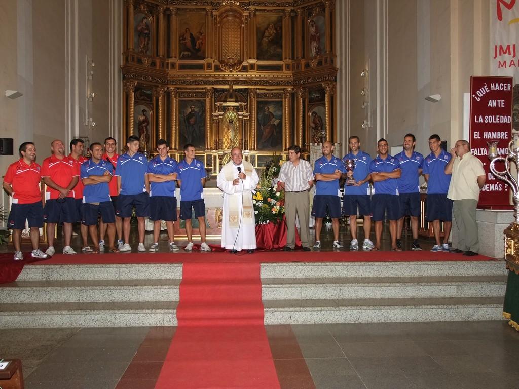 Ofrenda a la patrona del CD Vicálvaro. Fotografía cedida por Valentín González. Asociación Vicus Albus