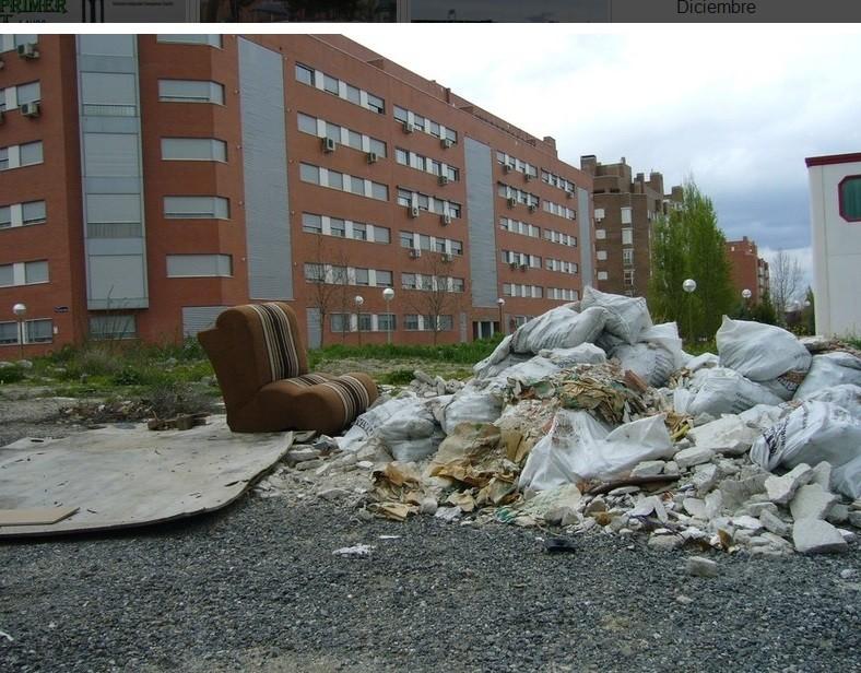 Marzo 2010. Basuras y escombros en el barrio de La Catalana.