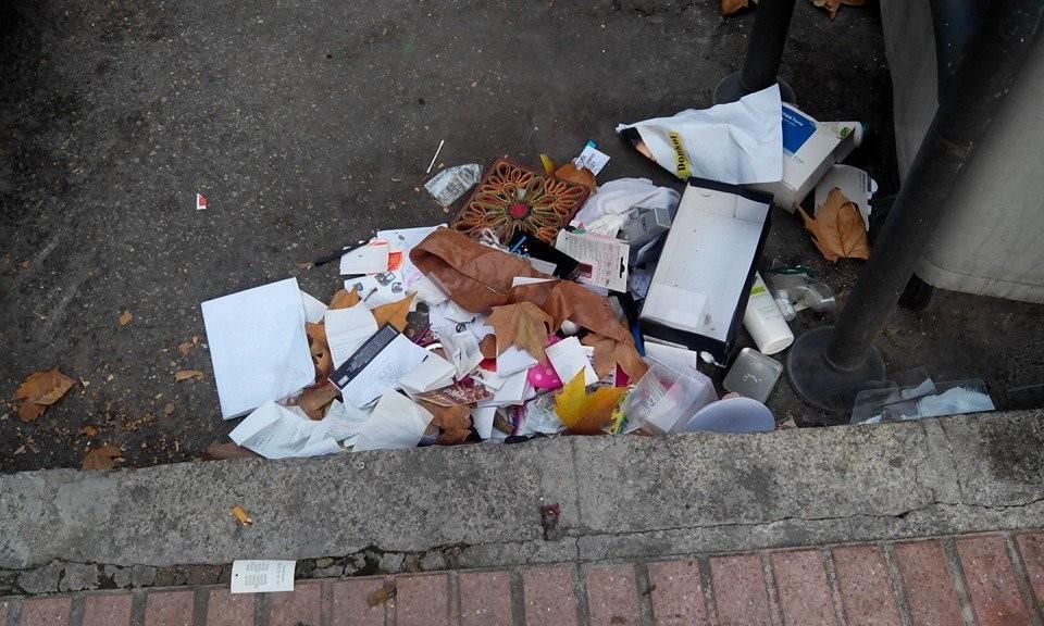 Raúl muestra en esta imagen la suciedad en la calle Herce, de la que se habló en el último pleno municipal.