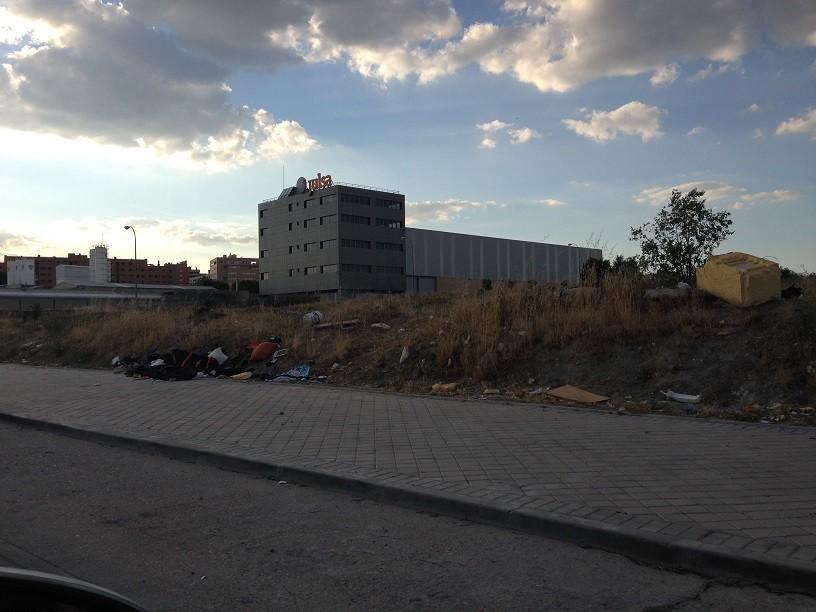 Reyes denuncia con estas fotos la situación de la calle Pirotecnia, llena de escombros y de basura que las personas que se acercan al centro de recogida de Metales que hay en esa calle, desguazan antes de entregar los materiales y dejan todo tirado.