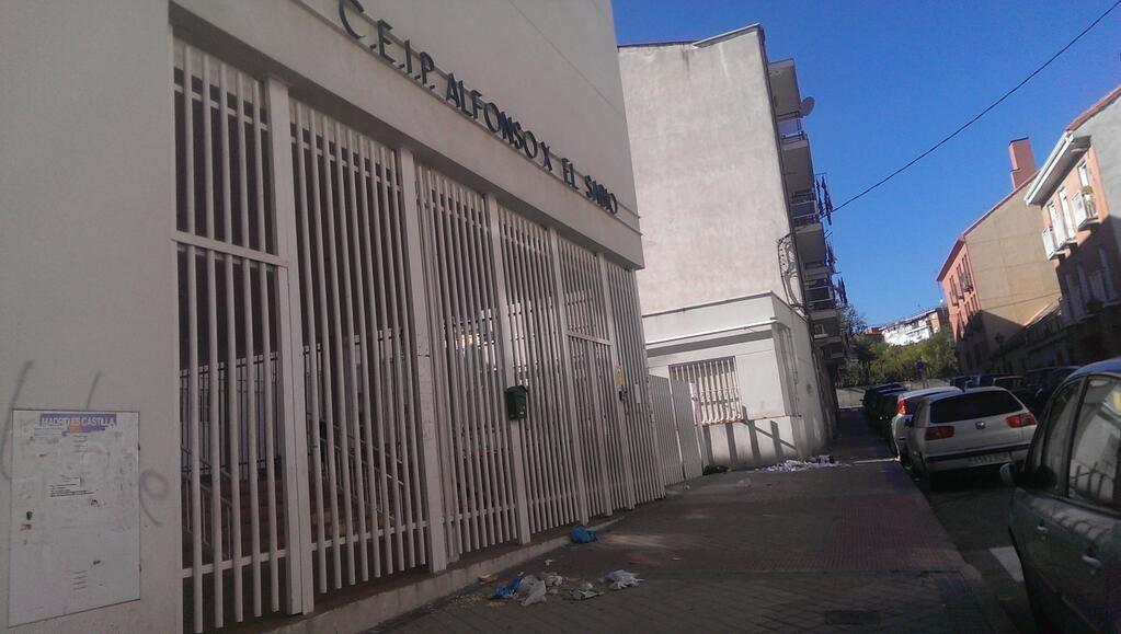 Basura a las puertas del Colegio Alfonso X (Imagen: @dmoronsanchez)