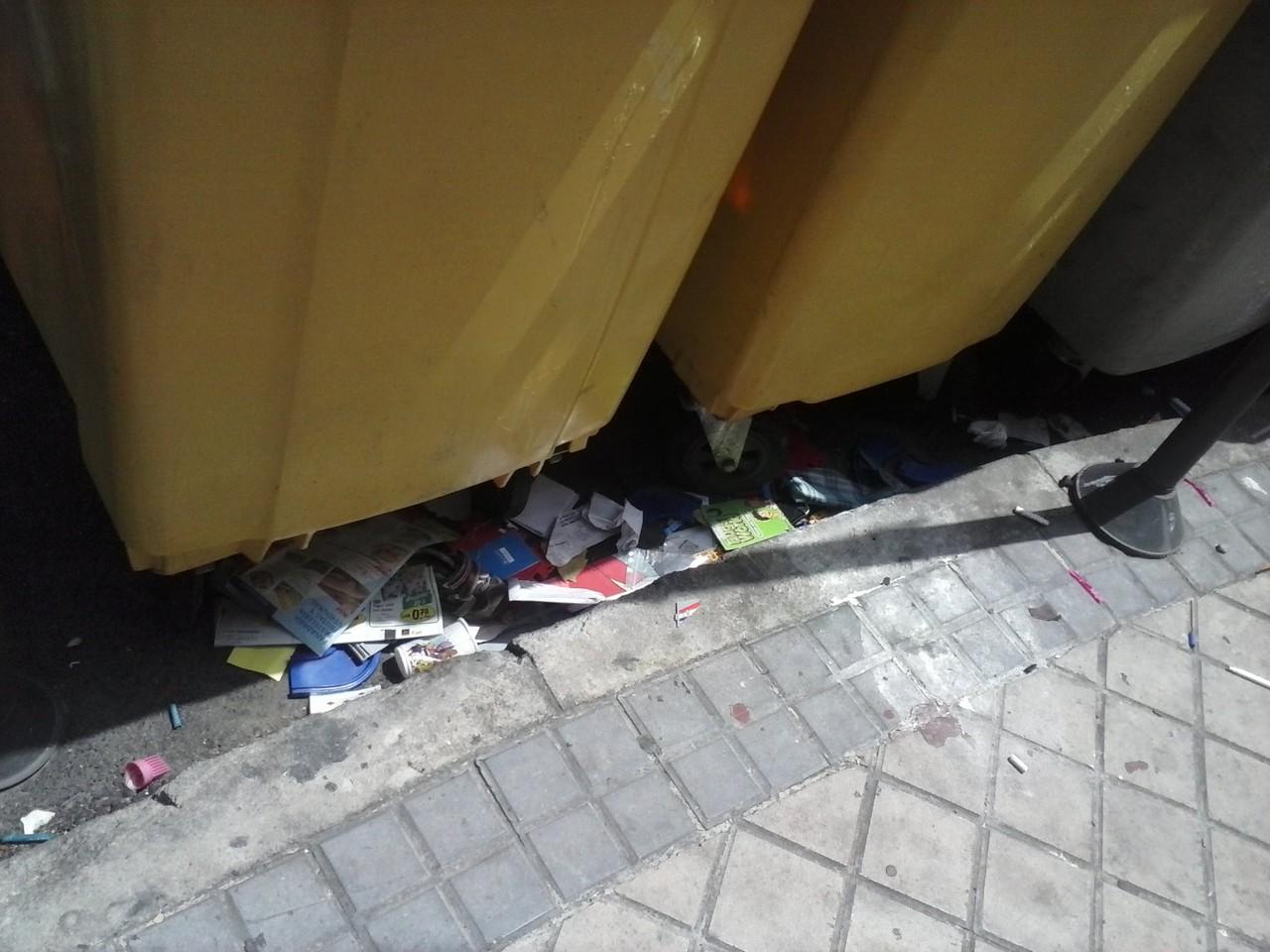 Basura fuera de los contenedores en la calle Villajimena