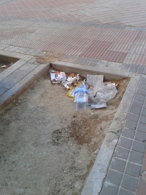 Laura nos envía estas fotos sobre la suciedad en las calles de Vicálvaro y se pregunta si los servicios de limpieza estan de vacaciones.