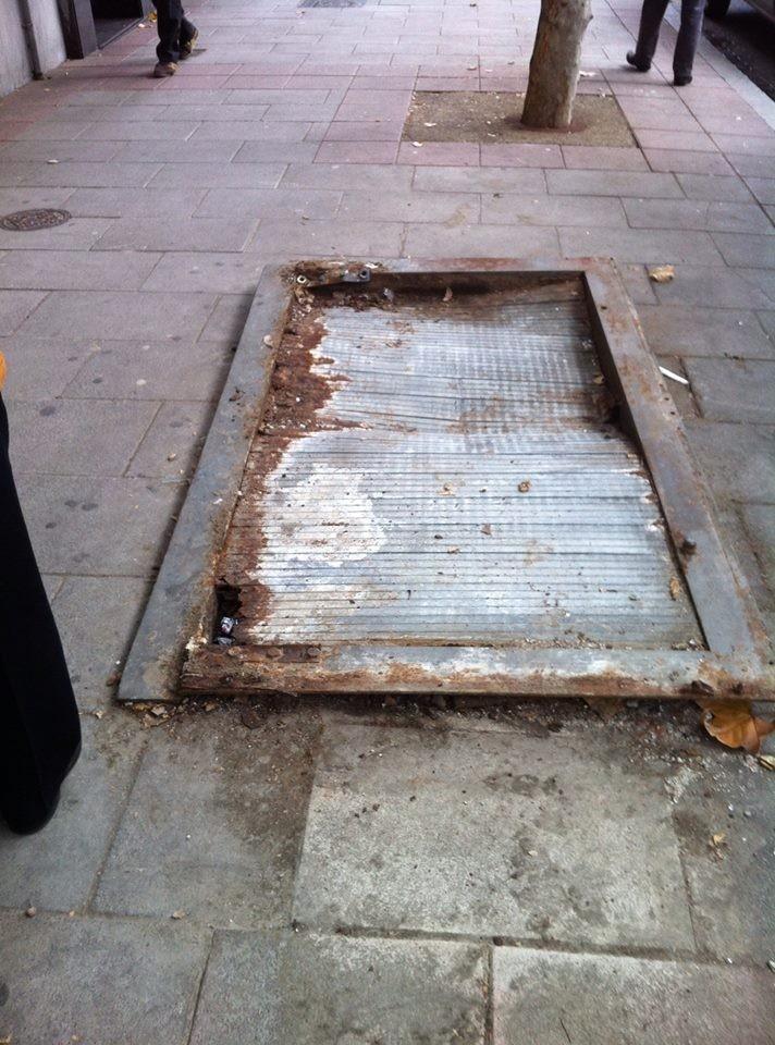 Nuria denuncia con esta imagen el hueco que ha quedado en la acera de San Cipriano tras eliminar un Kiosco de prensa