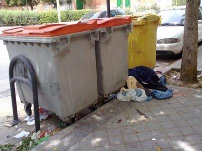 Suciedada en Villajimena. Teresa nos cuenta como en esta calle hay suciedad y ropa por el suelo, y los consabidos excrementos de chuchos.