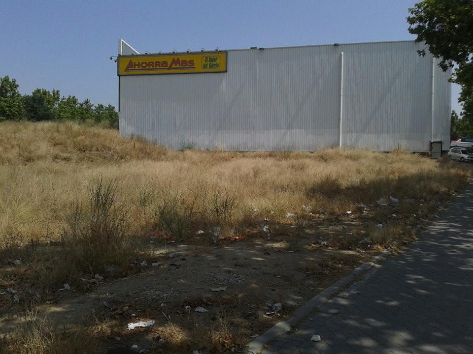 Álvaro Sánchez Muñoz nos envía estas cuatro fotos para denunciar el estado en el que se encuentra el solar de la calle Casalarreina junto al Supermercado Ahorramás.