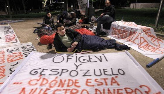 Miembros de la Asociación de Cooperativistas Afectados del Sureste durante la acampada celebrada en la Cuesta de Moyano de Madrid (El País)