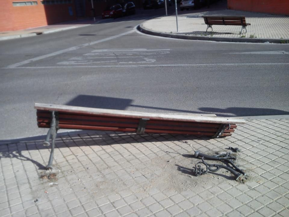 Tomás nos envía la foto de este banco roto en la calle Omega con esquina a Titanio.