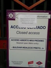 Agosto 2012. Cierre de una de las dos bocas de metro de Valdebernardo, dentro del plan de ahorro de Metro de Madrid.