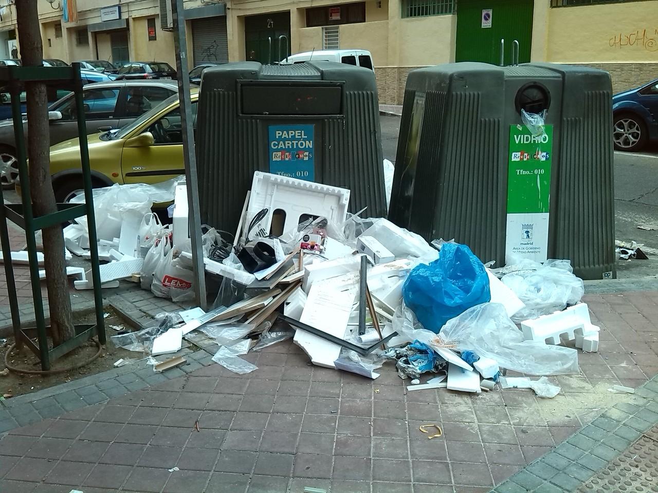 """Emilio envía esta imagen de Omega Comenta que """"Hay vecinos que confunden los contenedores de reciclado con puntos limpios. Dice que ocurre a menudo y también denuncia la eliminación de contenedores de cartón en esta calle. No nos ponen fácil el reciclaje"""""""