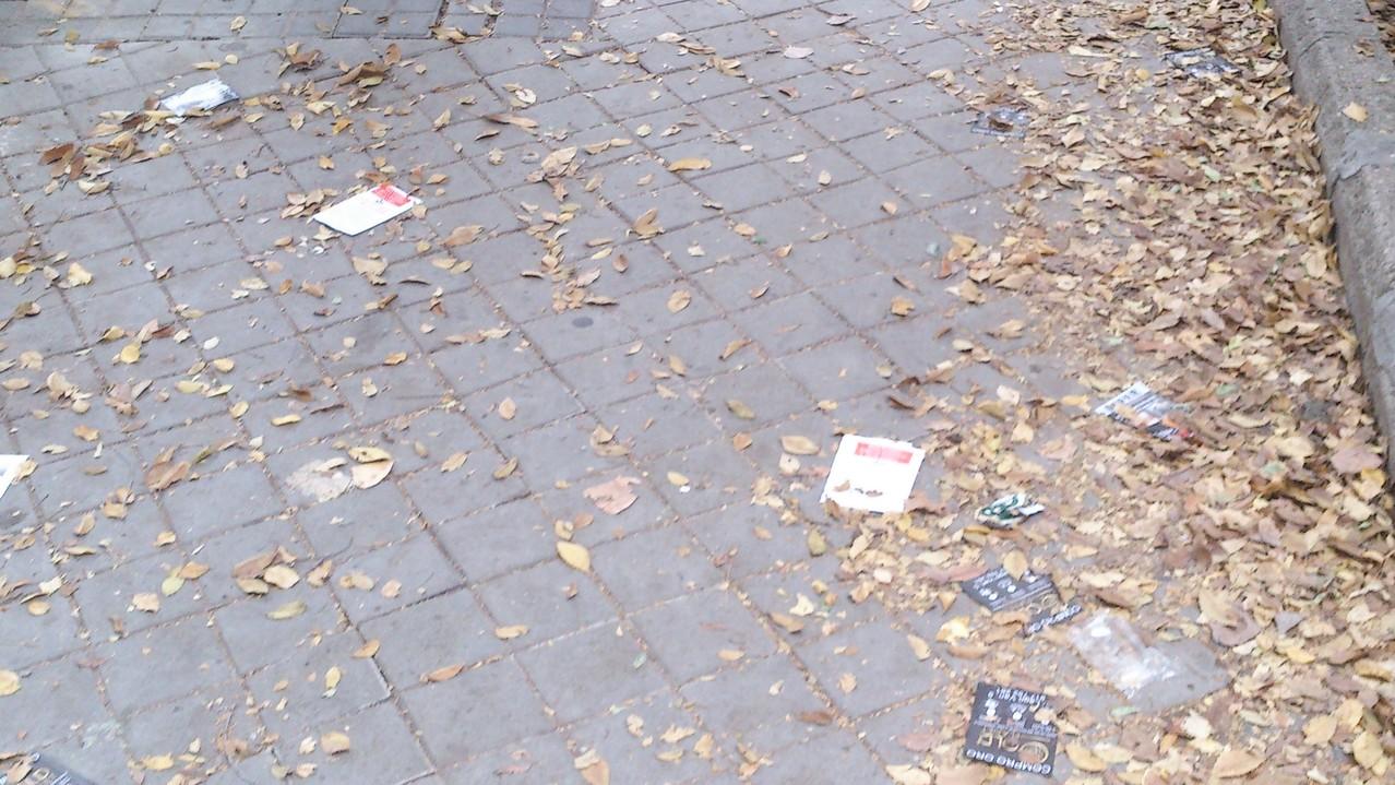 Dani nos envía estas tres imágenes de suciedad en la calle Calahorra.
