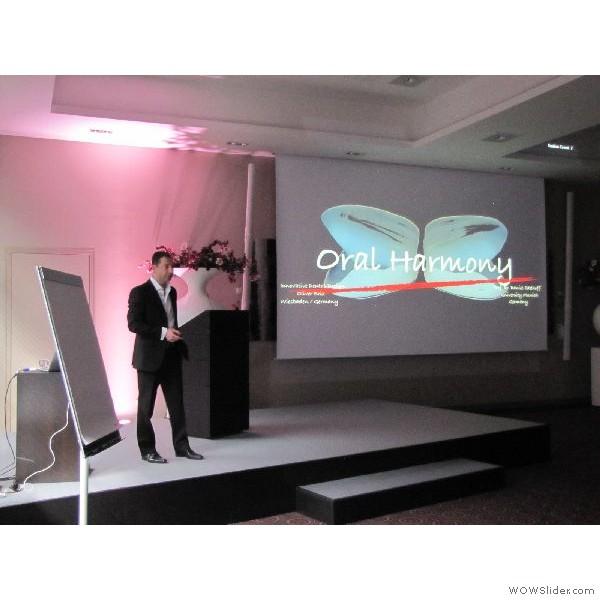 """Oliver Brix (Frankfurt/Main) beim Beginn seines Vortrages mit dem Thema - """"ORAL HARMONY - ein vollkeramisches Konzept """""""