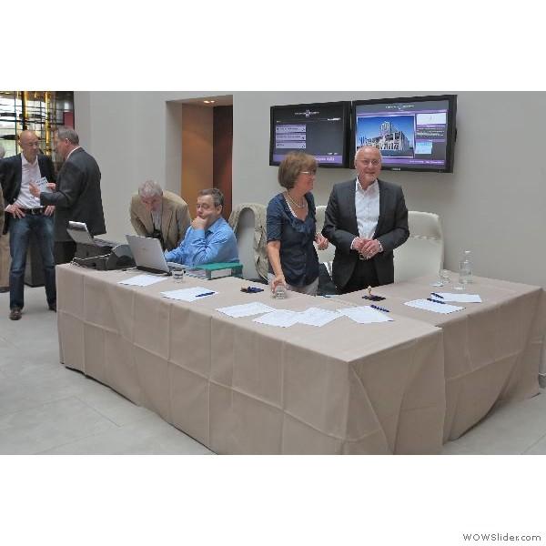 Die am Eingang platzierte Kartenkontrolle ist bereit die angemeldeten Kongressteilnehmer zu registrieren und einzulassen.
