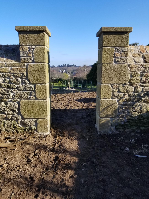 pilier en pierre patiné