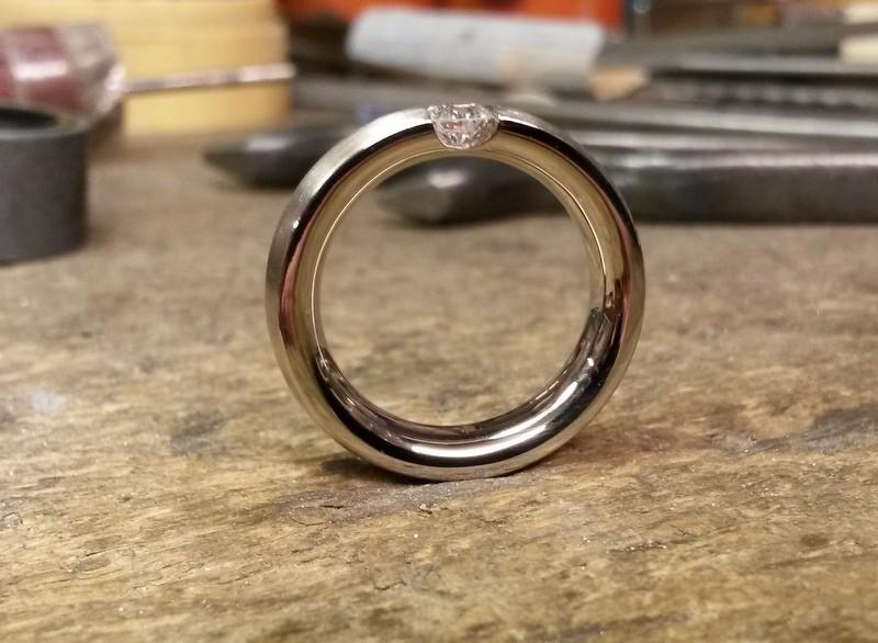 Verlobungsring in 750/- Weißgold mit Brillant in Spannringoptik