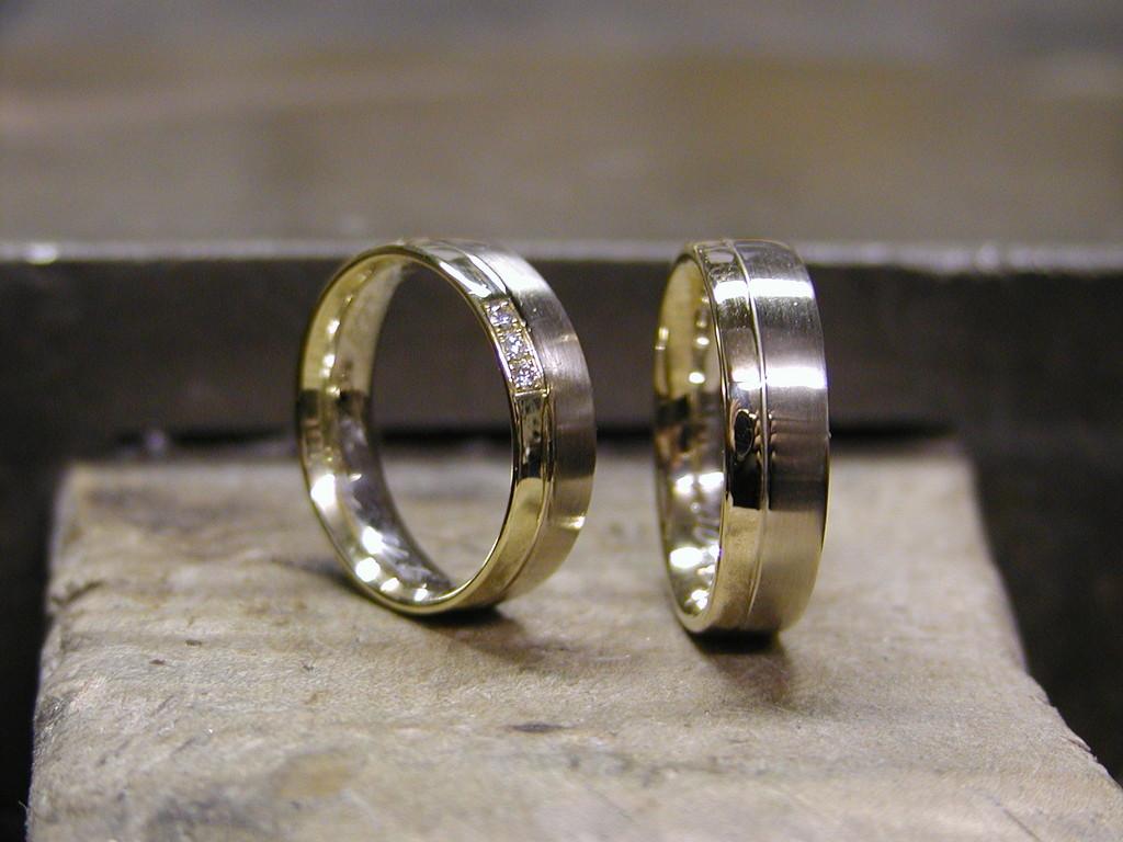 Trauringe in 585/- Gelbgold und Weißgold, Damenring mit Brillanten