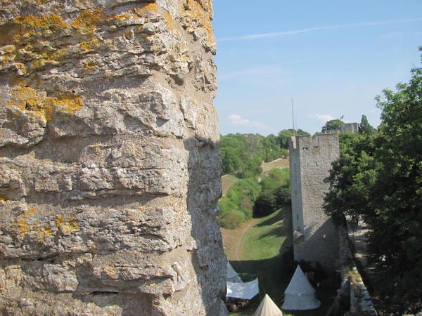 Ringmauer in Visby mit Zeltlager zur Mittelalterwoche